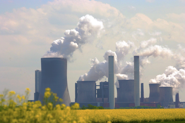 Bluehendes Rapsfeld vor dem Braunkohlekraftwerk Neurath eins der RWE AG am 02.05.2011 in Grevenbroich Neurath.