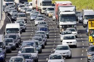 Traffic congestion cars and trucks on M25 motorway, London, United Kingdom Keine Weitergabe an Drittverwerter.