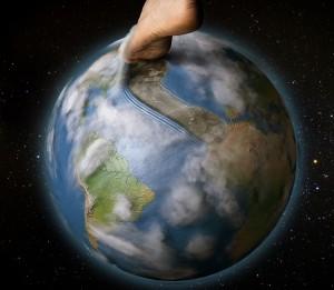 ein gigantischer Fuß hinterlässt seinen Abdruck auf der Erdkugel